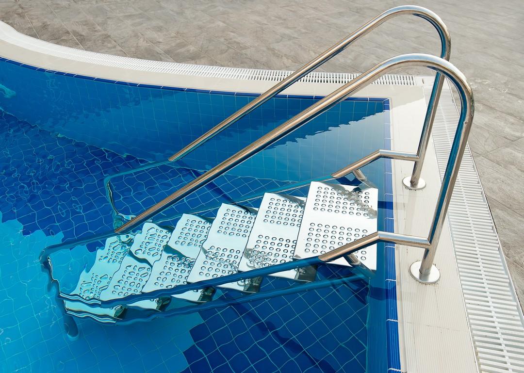 escalier échelle piscine